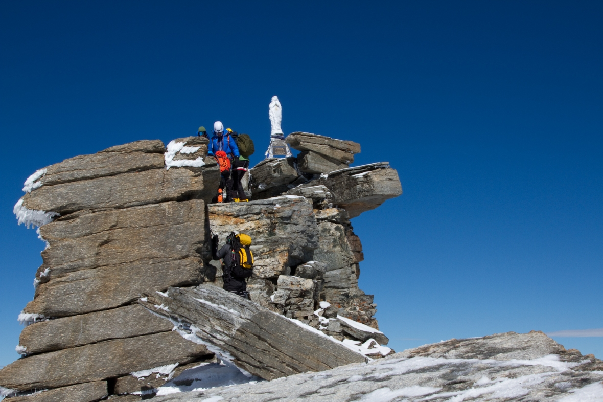 Gran_Paradiso_sep13_035_coada de alpinisti pe Varf